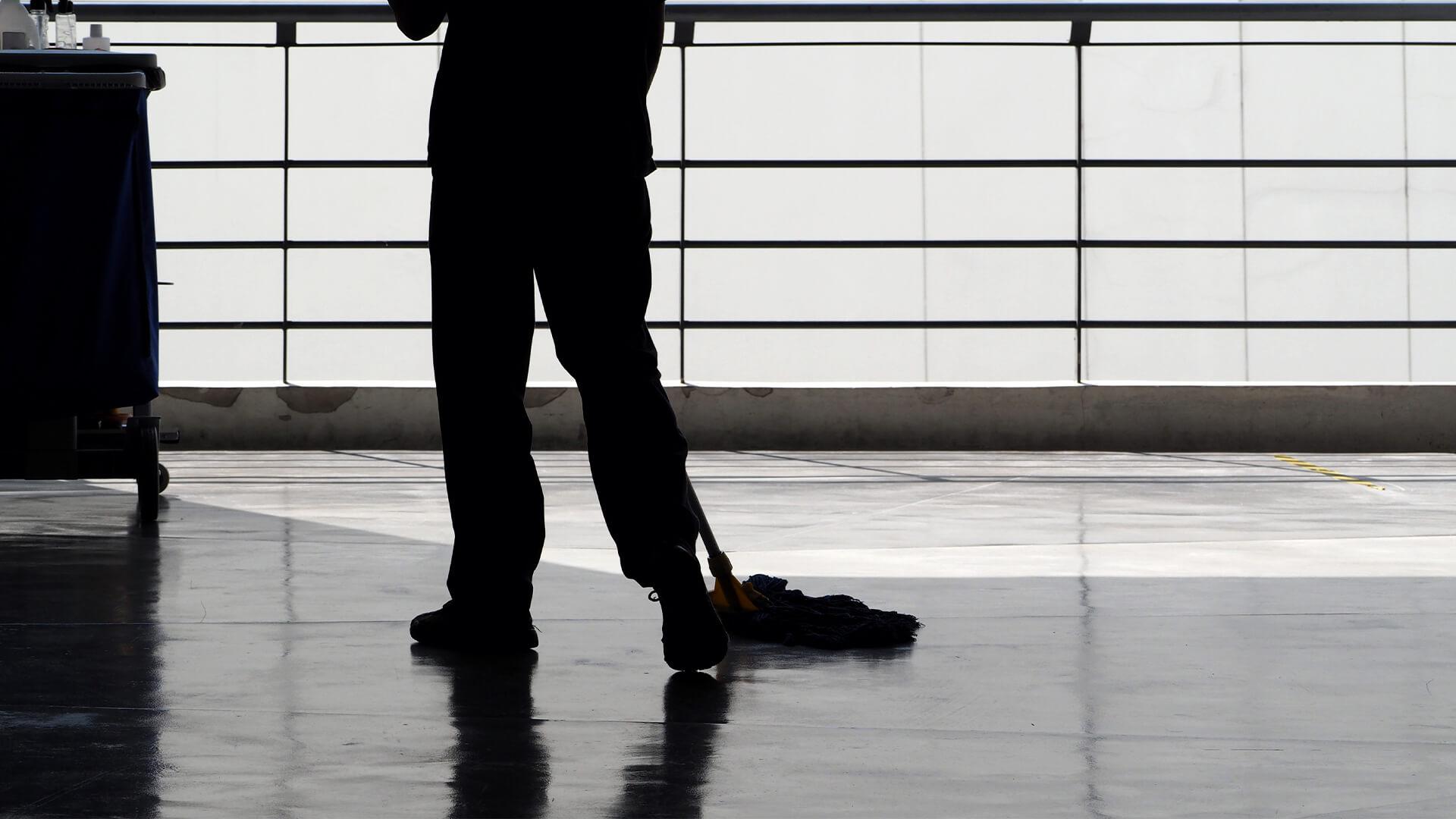 Fein & Rein Glas- und Gebäudereiniger beim Boden wischen